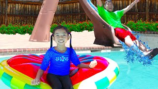 Emma Pretend Playing w/ Giant Water Slide in Swimming Pool - Video For Kids in Spanish
