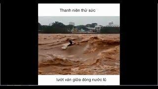 Hài hước: Thanh niên thử sức lướt ván với dòng nước lũ và cái kết!