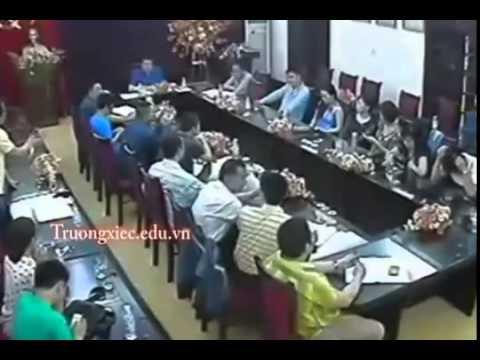 Hiệu Trưởng bị giáo viên cầm cốc ném vào mặt ngay trong cuộc họp .