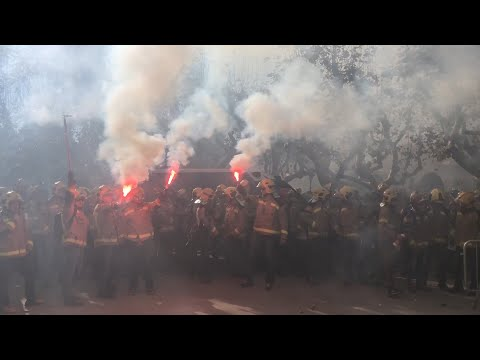 Médicos, bomberos y estudiantes generan tensión a las puertas del Parlament