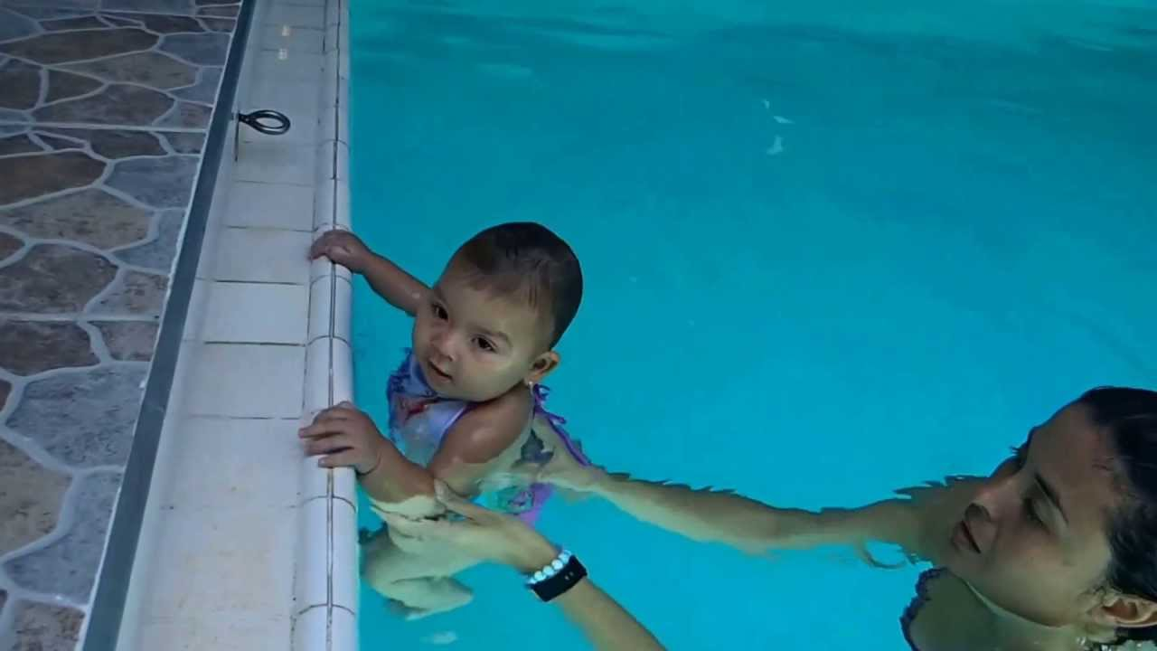 Clases de natacion para bebes gimnasio laureles medellin for Clases de piscina para bebes