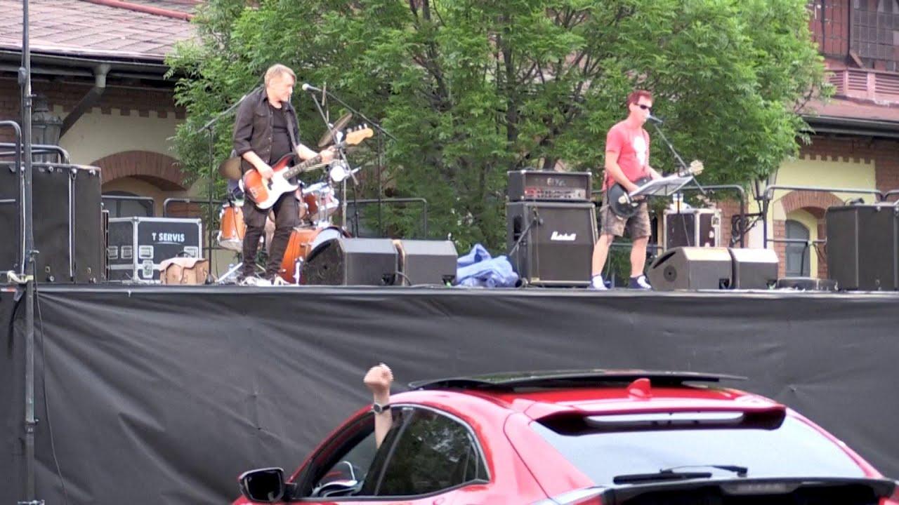 A Prague, un concert de rock depuis sa voiture