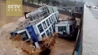 Footage: two ships hit bridge as river suddenly rises
