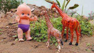 Em bé hài hước và bạn hươu cao cổ tinh nghịch - đồ chơi trẻ em FMC T3T