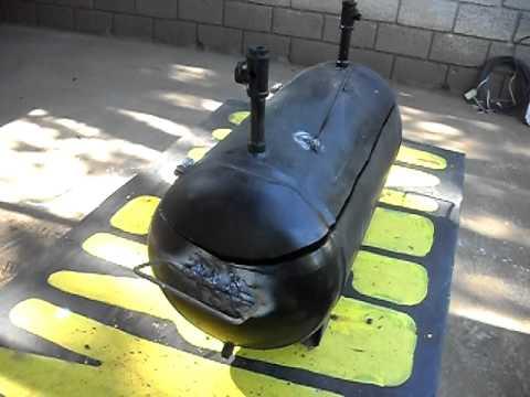 Un asador para carnes hecho de desperdicios de una for Asadores de jardin fotos