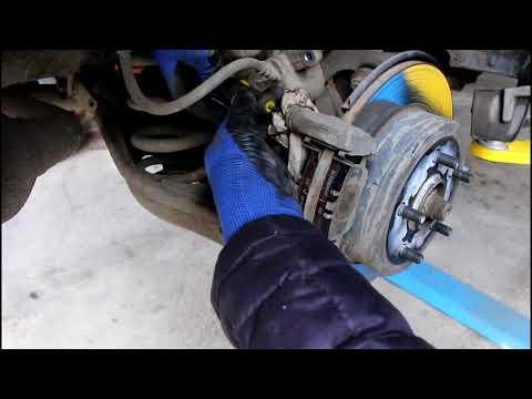 Замена задних тормозных колодок Toyota RAV4 2,0 Тойота РАВ 4 2007 года