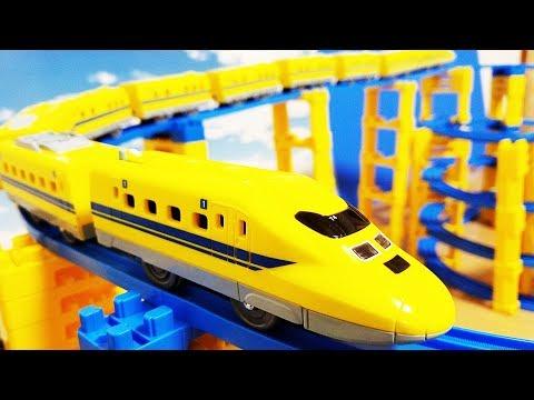 プラレール 新幹線 シンカリオン ドクターイエローに中間車両をたくさん連結! 踏切や洗車場跳ね橋を通過! タワーのコースでじこはおこるさ E3とクロス合体! hifumitoy