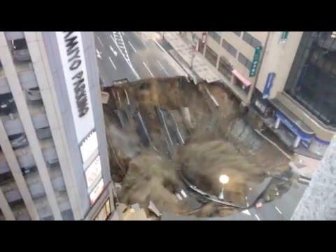 【博多駅前陥没】 すいこまれる信号、そして大崩落の瞬間 (西日本新聞読者提供)