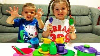 Ваня и Маша играют с  посудкой для детей