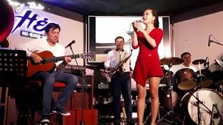 Sài Gòn Đêm Thứ 7 tuy Mưa Lớn tới Phòng Trà Hẻm hát cho nhau nghe để tận hưởng cuộc sống