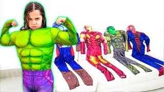 SARAH BRINCA de Super-Heroi e ajuda OS AMIGOS - Sarah Superhero