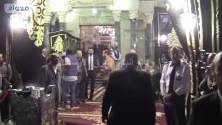 بالفيديو : المخرج سعيد حامد في عزاء والدة شريف وعمرو عرفه