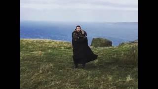 Emilia Clarke Kit Harington Game of Thrones set