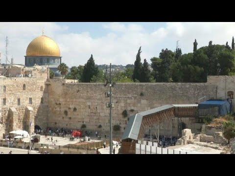 شاهد: عمال النظافة يفرغون -بريد الله- من حائط المبكى في القدس…  - 18:53-2018 / 8 / 28