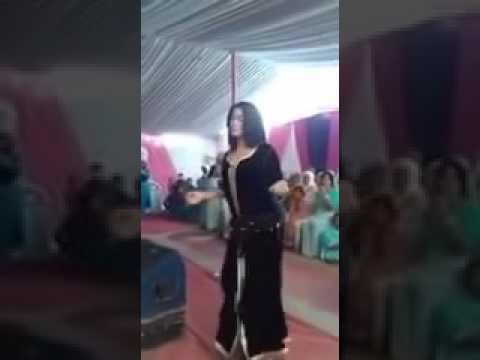 فتاة مغربية ترقص رقصة غريبة  بطريقة مثيرة في حفل زفاف thumbnail
