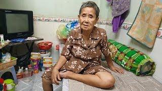 Thương bà cụ 8 năm ngủ ngoài đường, không chồng con, liên tiếp bị xe đụng