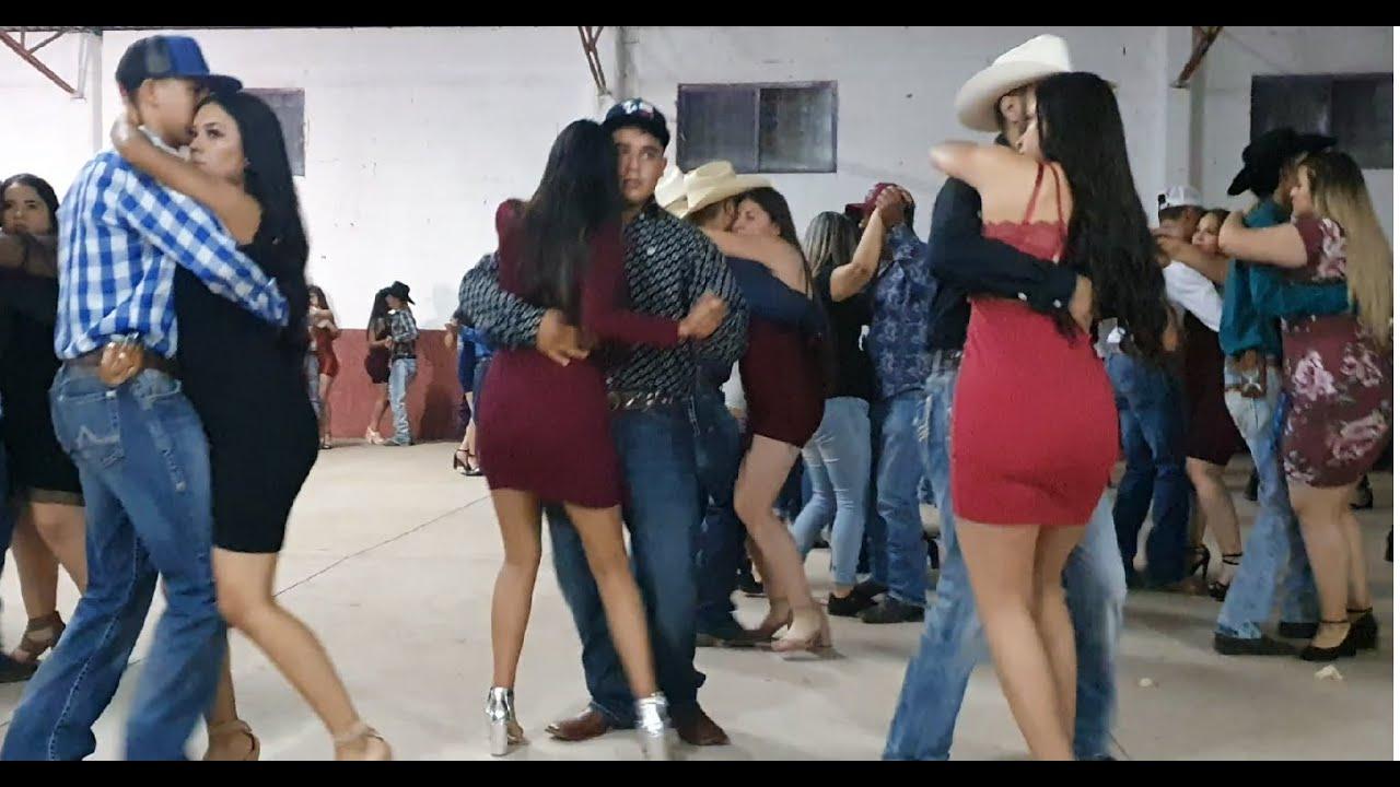 Bailando cumbia con Conjunto Huracan 21