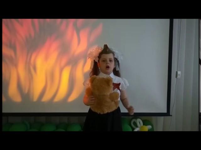 Изображение предпросмотра прочтения – ЕфросинияНемкова читает произведение «Оборванного мишку утешала» Л.Тасси