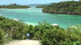 石垣島で最も有名な観光名所、川平湾。 透明度の高いエメラルドグリーン...