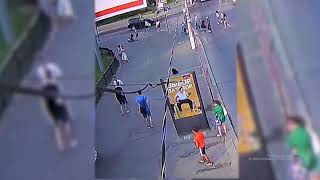 Мужчина ударил девушку на глазах у прохожих