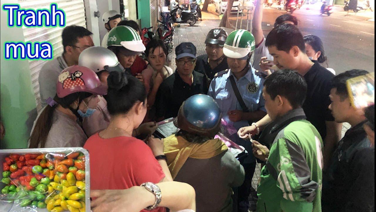 """Giành giật mua hộp bánh đậu xanh giá """"3 triệu"""" trên vỉa hè Sài Gòn"""