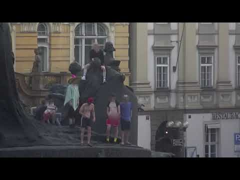 Cizinci znevážili pomník Jana Husa v Praze