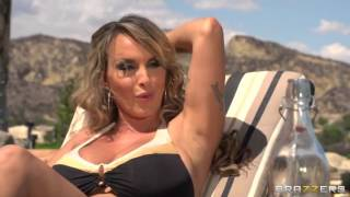 SEXY WOMANS ON BEACH IN BIKINI NIPPLES CLEAVAGE