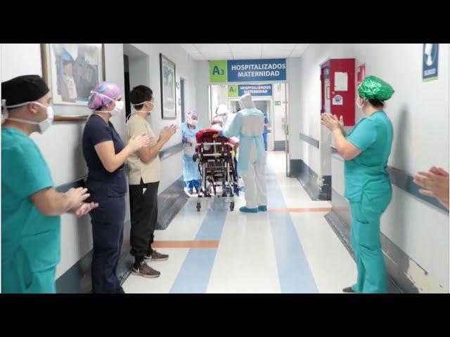 El Hospital Clínico de la U. de Chile aplaude al undécimo paciente en ser dado de alta de COVID-19