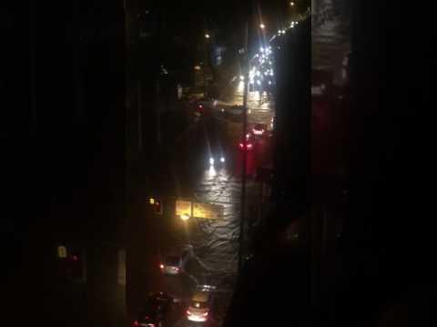 Затоплены центральные улицы города