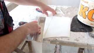 видео Как клеить обои на потолок