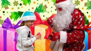Дед Мороз и Ева  распаковывают НОВОГОДНИЕ ПОДАРКИ видео для детей  For Kids