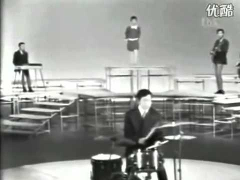 "Hibari Misora With The Blue Comets ""Makkana Taiyo Red Sun"" In 1967"