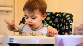 ребенок кушает суп с лапшой (почти 3 года)