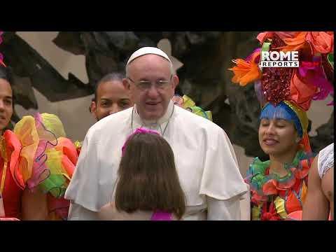 El Papa, artista de circo: Francisco mostró su talento junto a bailarines cubanos