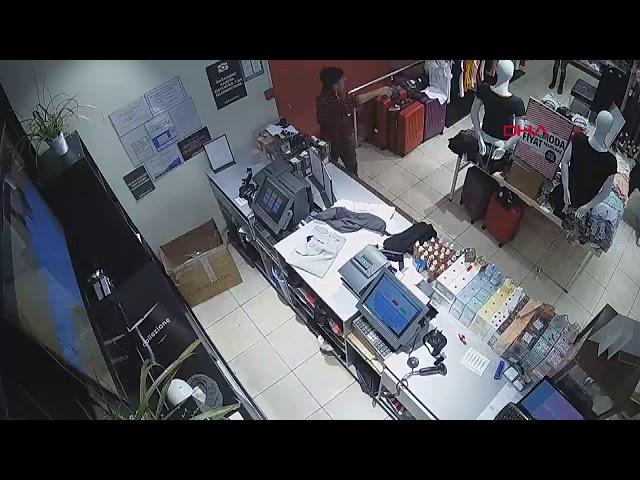 Silahlı soyguncu kasaya takıldı