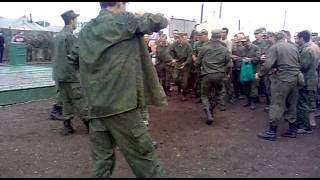 Армейские парни просто развлекаются