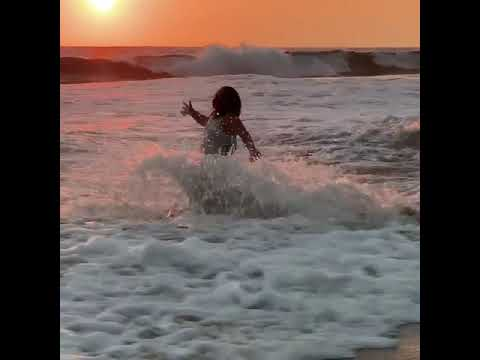 Lucero Mijares se cae en la playa