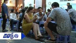 Food tour: Dẫn Tây đi ăn 'cơm hàng cháo chợ' | VTC