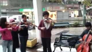 Niños tocando Marche Slave de Tchaikovsky en calle de Santiago