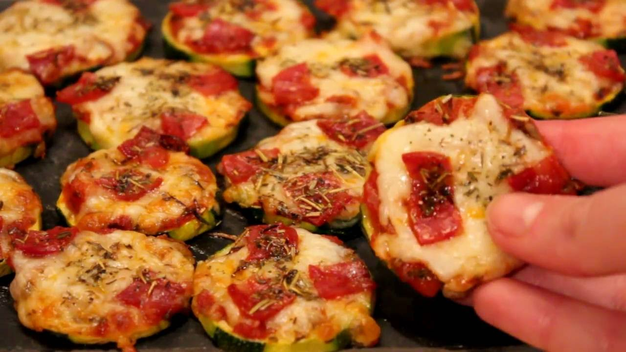 la recette pour faire des mini pizzas la courgette youtube. Black Bedroom Furniture Sets. Home Design Ideas