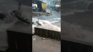 Chuva causa alagamento e arrasta carros e motos no Paraguai