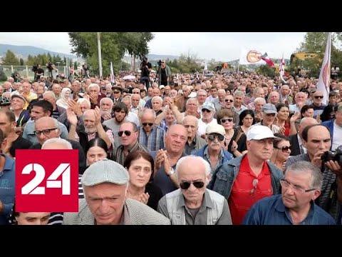 Около американского посольства в Тбилиси проходит акция протеста - Россия 24