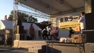 東京ラーメンショー2013にて行われたエア湯切り対決。 木下蓮乃(怪傑!...