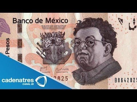 Hombre avienta billetes de 500 pesos en el palacio municipal de Merida