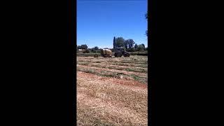 Tractores John Deere 6830 Premium y Valtra N143 empacando en San Miguel de Escalada León