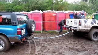 18. Opel-Treffen Oschersleben Opel Frontera zieht Frei.Wild PickUp aus dem Matsch