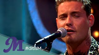 Douwe Bob speelt Man! I Feel Like A Woman bij talkshow M