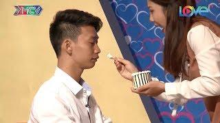"""Chàng trai nhút nhát may mắn gặp được cô nàng """"dam dang"""" đòi hôn và đút bánh cho ăn giữa sân khấu 😍"""