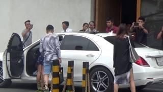 Video Trấn Thành  mặc quần cụt lái siêu xe chở Hari Won đến tiệc cưới