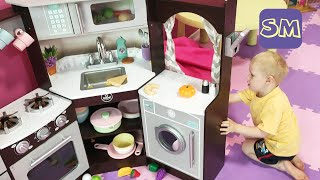 Большой домик для детей I Игровая кухня для маленьких I Марк играет в детской комнате.
